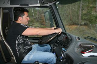 Óscar Valencia, siempre atento al volante de su Volvo FH 16 de 700 CV.