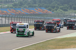 Dos MAN perseguidos por tres Renault, el campeonato resumido.