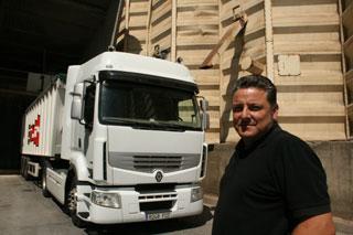 Martí frente al Renault Premium de Cotraman que conduce habitualmente.