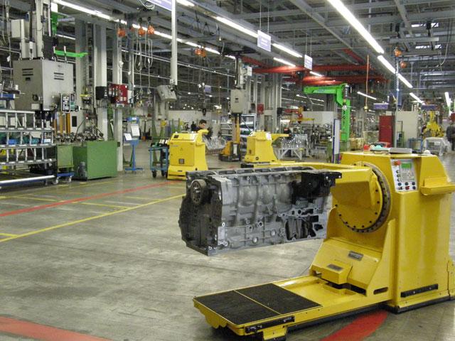 La cadena de montaje de motores se ha transformado a modo de carros robotizados que viajan con el motor cargado.