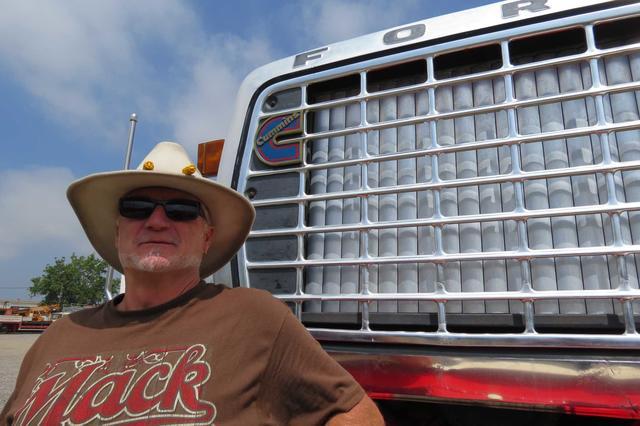 Luís junto a su emblemático Ford Louisville fabricado en los USA en 1972.