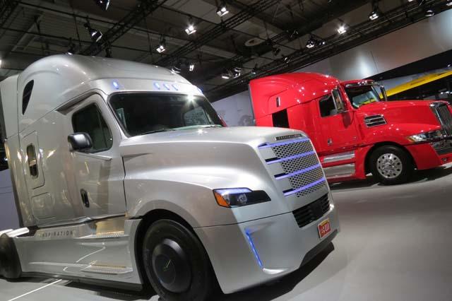 El Inspiration Truck de Freightliner junto a un Western Star