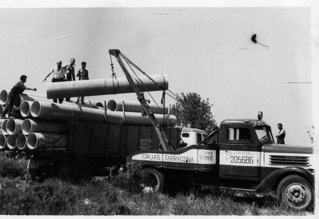 La primera grúa artesanal de la empresa, sobre la base de un camión de origen alemán Henschel.