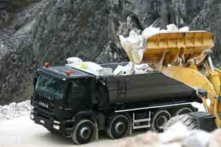 Los chasis de cuatro ejes combinan la máxima carga útil con maniobrabilidad en la cantera.