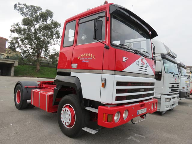 Los camiones cl sicos en el v festival de torrelavega for Camiones ford interior