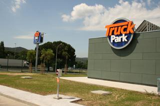 Dentro del área vigilada del Truck Park existe una completa zona de servicios exclusivos para los transportistas.