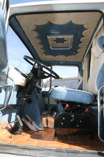 Reuni n de camiones cl sicos en segovia for Camiones ford interior