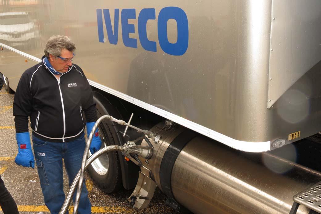 El repostaje de GNL es un proceso más complejo que el de un camión diesel.