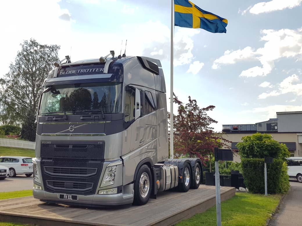 El Volvo FH con cabina XXL, la mayor de Volvo Trucks en Europa, queda pequeño junto al espectacular VNL 760 norteamericano.