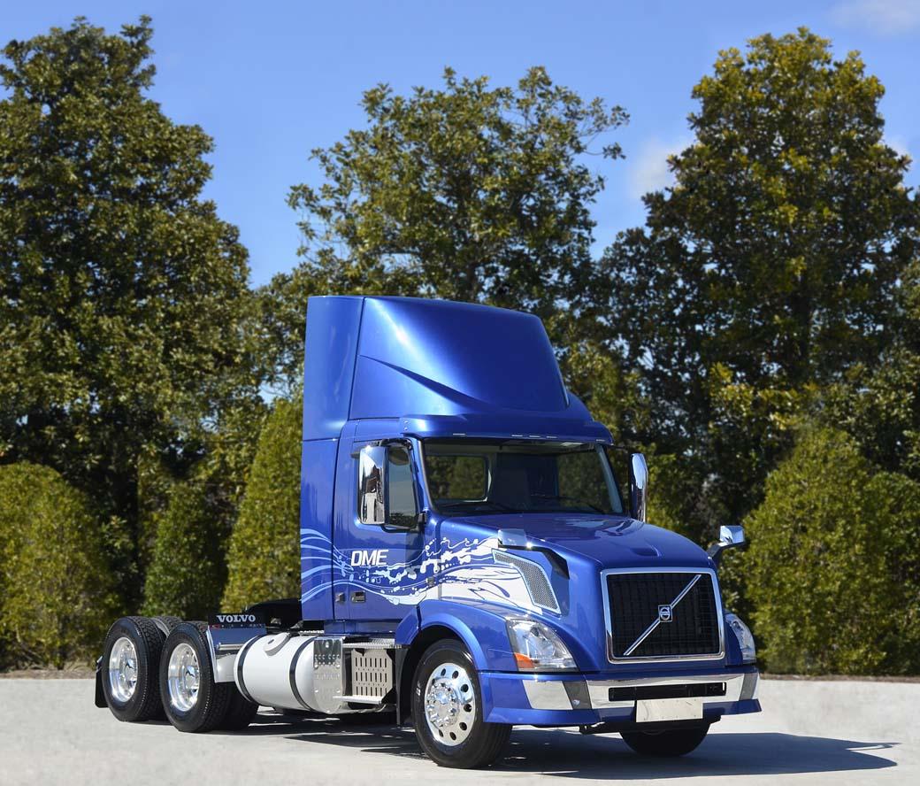 El camión Volvo VNL 300 cuenta con la cabina menor, sin dormitorio, para la distribución pesada.