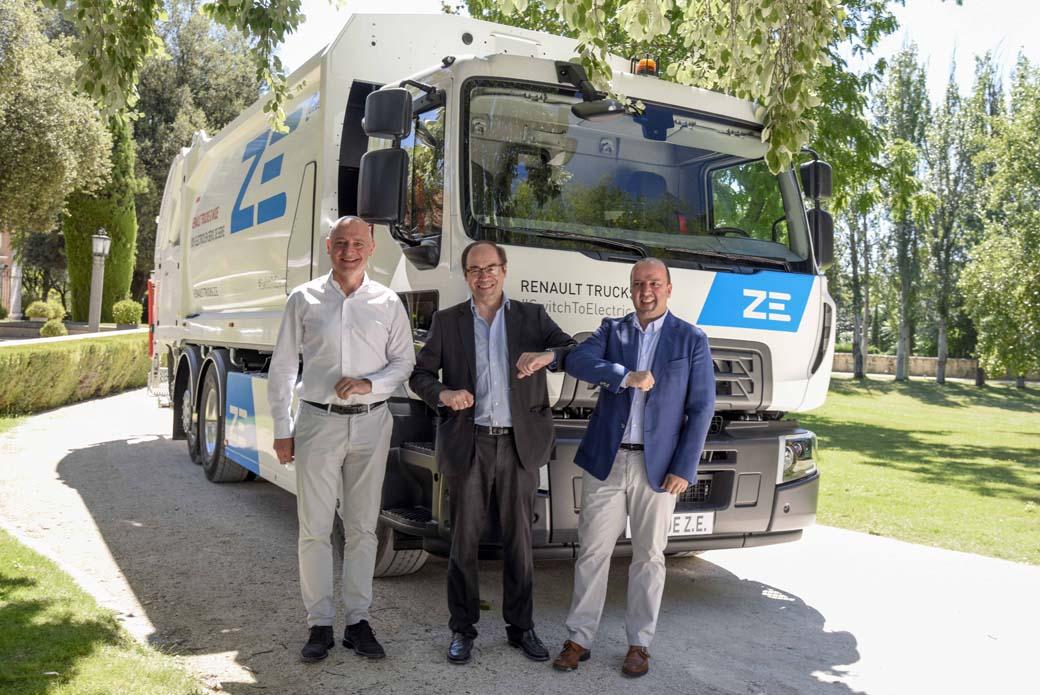 Responsables de Renault Trucks en España junto al de la empresa Urbaser en la entrega del camión Renault D Wide ZE eléctrico en nuestro país.
