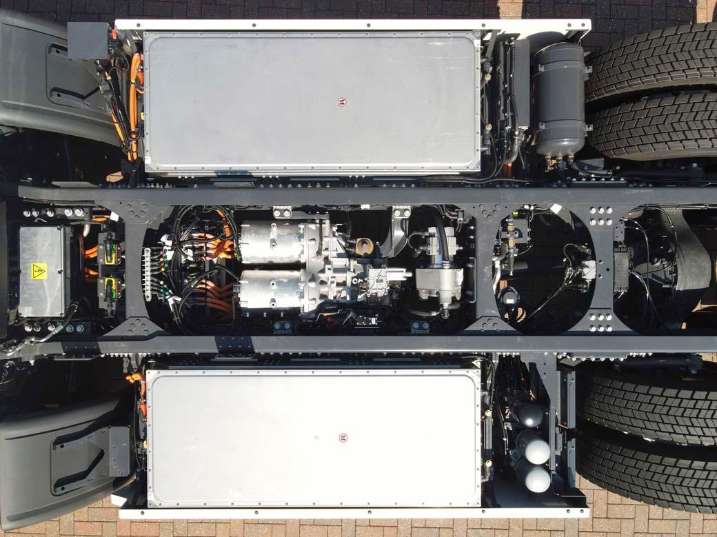 El pack de cuatro baterías de Ion Litio con un total de 200 Kwh de energía se reparte a ambos lados del chasis.