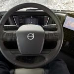 Detalle del puesto de conducción de un camión Volvo FMX nueva generación 2020.