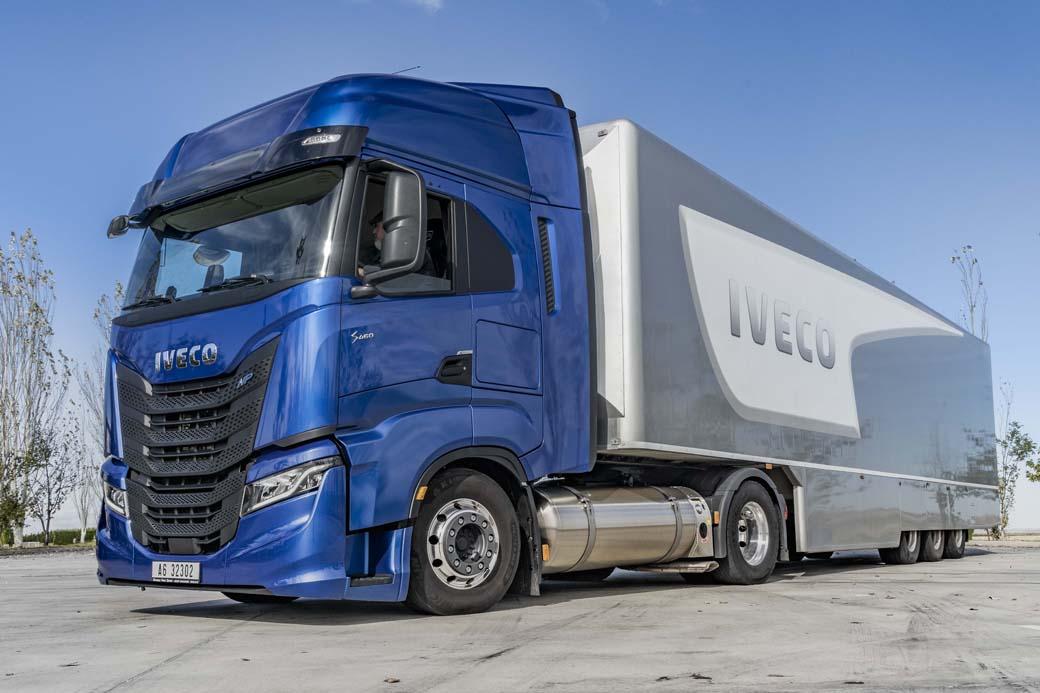 Los dos depósitos de 540 litros cada uno de GNL aseguran una autonomía de 1.600 kilómetros con un peso total de 40 toneladas.