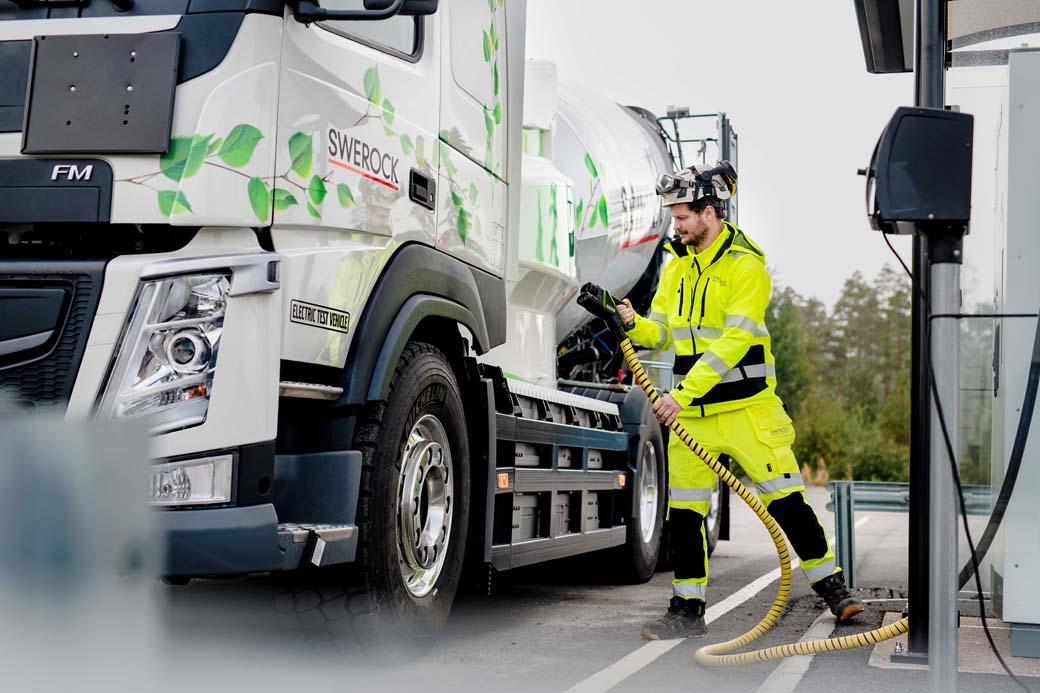 La recarga eléctrica de un camión pesado, como este Volvo FMX, será cada vez más común.