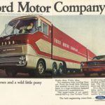 Publicidad de Ford Motor Company donde el Big Red y el Mustang compartían protagonismo.