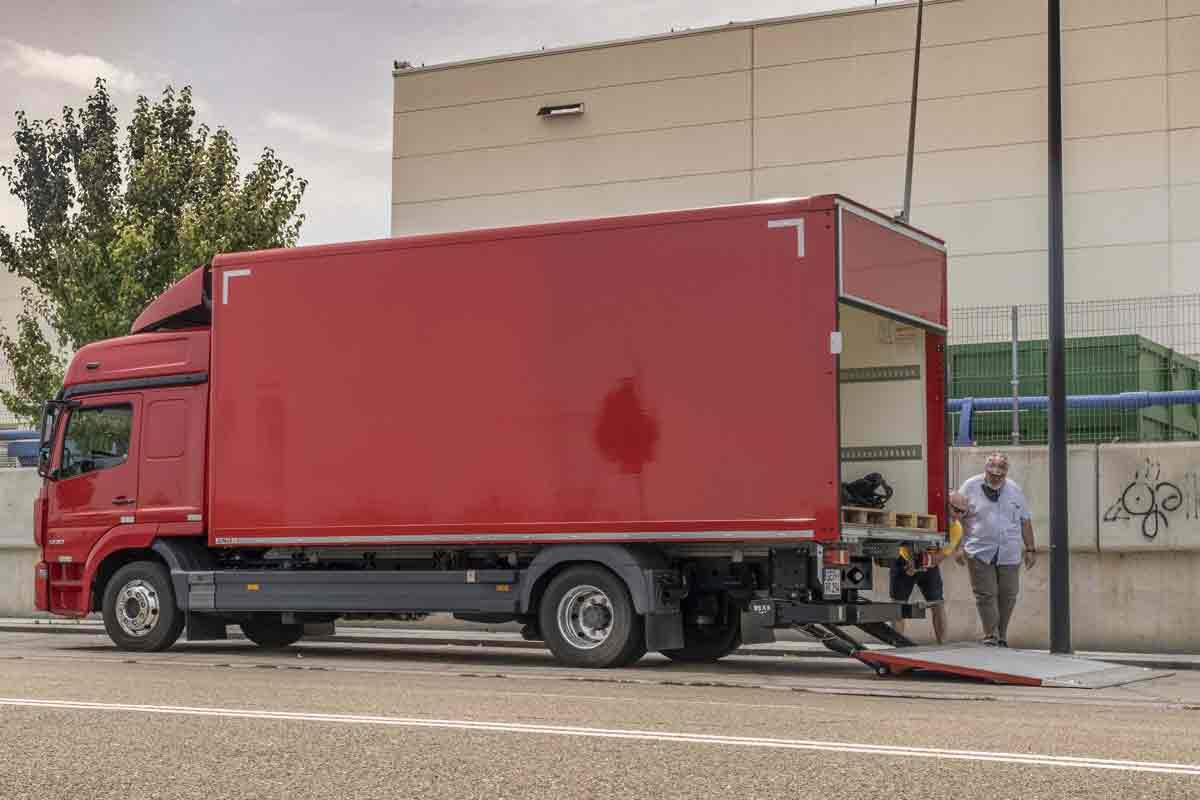 El Mercedes Benz Atego 1230 furgón con plataforma elevadora ofrece cerca de 7 toneladas de carga útil.
