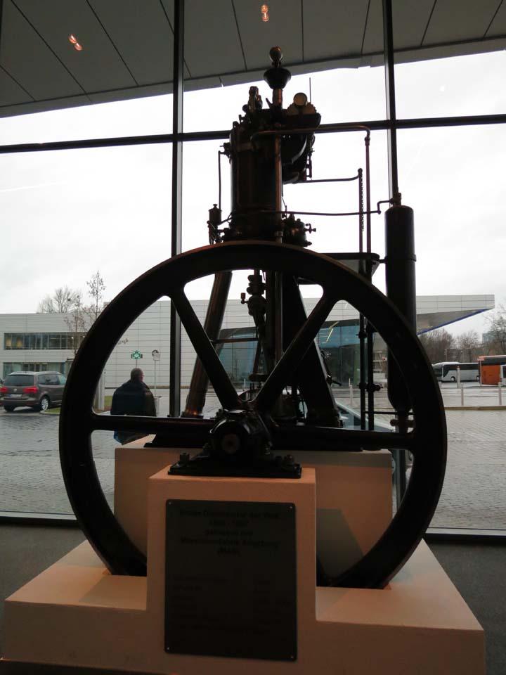 Reproducción del primer motor Diésel monocilíndrico estacionario diseñado por Rudolf Diésel.