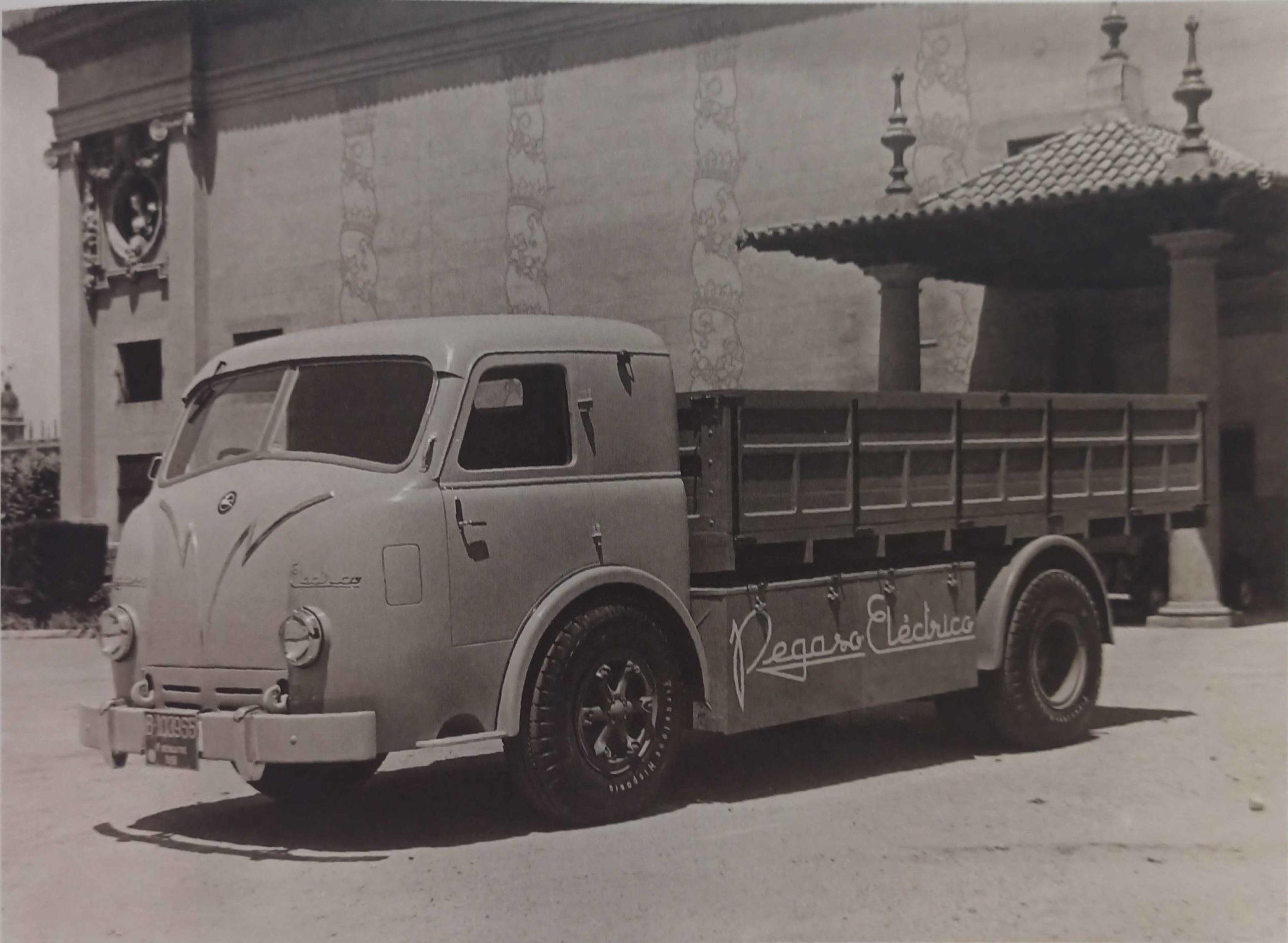Prototipo Pegaso Eléctrico Z-601 en las instalaciones feriales de Barcelona Montjuïch en 1951.