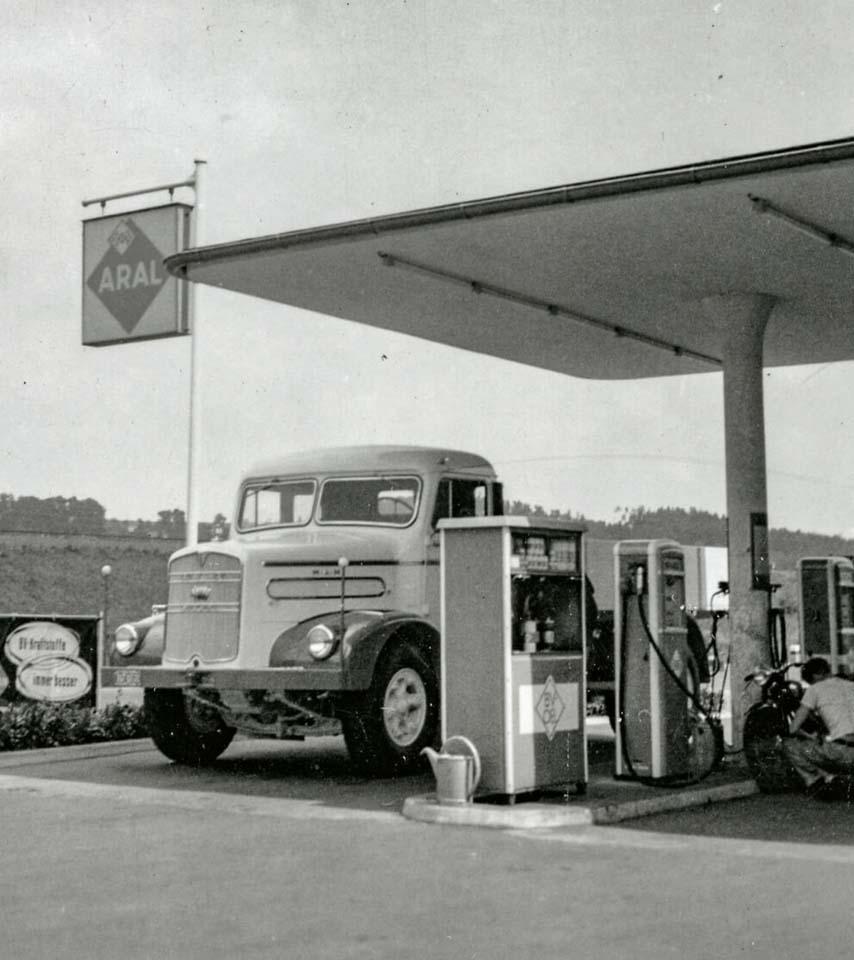 Camión MAN F8 de 1951 repostando en una gasolinera de la red de autopistas alemanas.