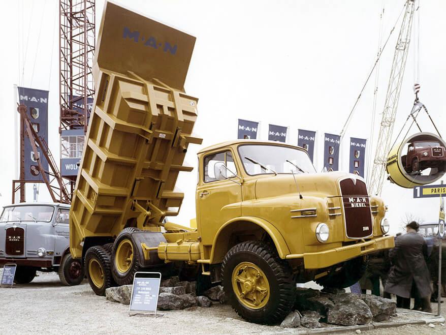 La cadena cinemática de este MAN dúmper 6X6 presentado en el BAUMA de 1965 tenía sus orígenes en modelos el camión militar desarrollado por la marca en 1940.