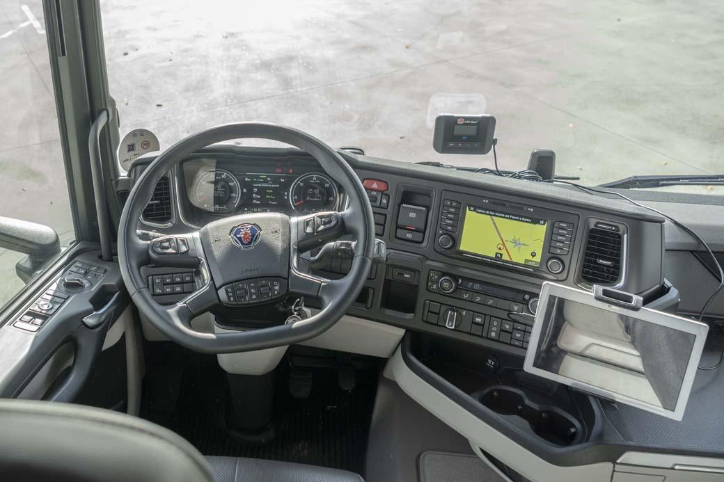 Puesto de conducción del Scania R 540.