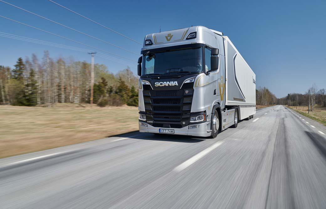 La tractora Scania S 650 Edición 50º Aniversario es un camión de representación para entusiastas de los motores V8 de la marca.