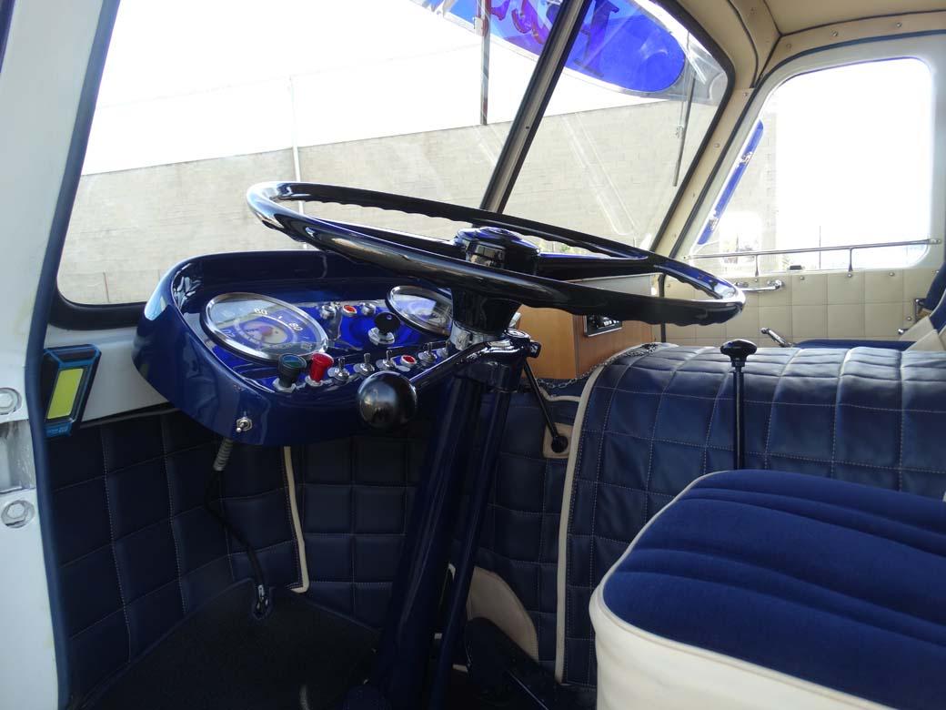 """Aquí vemos el puesto de conducción del camión Pegaso """"palanquero"""" modelo 1060 de 165 CV con caja de cambios de dos palancas."""