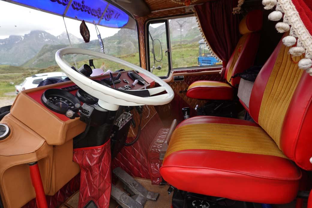 """Interior de la """"Cabina Cuadrada"""" del Pegaso 1080, más amplio y cómodo, también con 8 velocidades pero que se manejaban con una única palanca de cambios."""