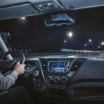 El asistente de voz desarrollo junto a Amazo, Alexa, Iveco Driver Pal lo vemos colocado bajo esl espejo retrovisor en la cabina del IVECO Daily.