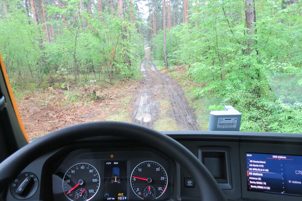 Conducción todoterreno en camión pesado 4X4 desde dentro.