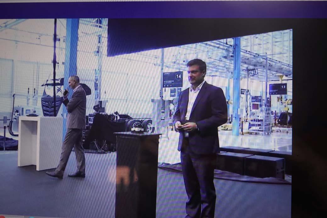 Los máximos responsables de IVECO y Nikola en la fábrica de Ulm junto al primer camión Nikola Tre producido en serie.