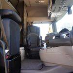 En el espacio derecho de este DAF XG con el asiento plegado disponemos de un gran espacio para cambiarnos de pie.