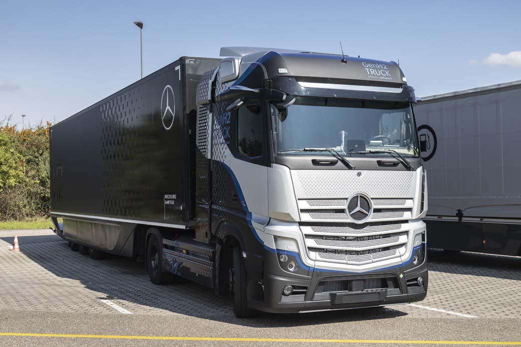 Mercedes Benz Trucks ha mostrado el prototipo de su tractora pesada para 44 toneladas alimentada por pila de combustible GENH2 Truck.