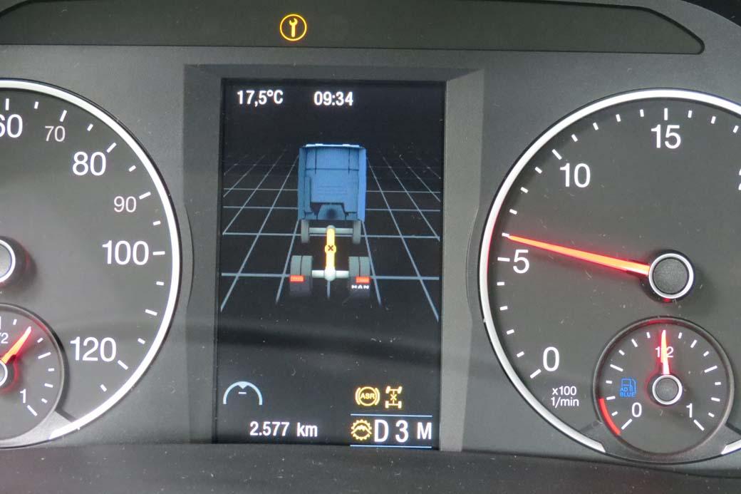 La pantalla central nos indica intuitivamente detalles como la tracción, si estamos en cambio manual, marchas cortas o largas, etc.