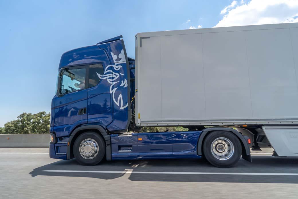 El buen rendimiento del motor 13 l de 540 y la cuidada aerodinámica de la cabina permiten rebajar el consumo de gasóleo hasta los 25lts/100kms en algunos tramos.