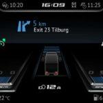 En cuanto nos sentamos frente al volante del DAF XG nos llama la atención la completísima pantalla digital y la gran cantidad de información que nos ofrece desde el cuadro de instrumentos.