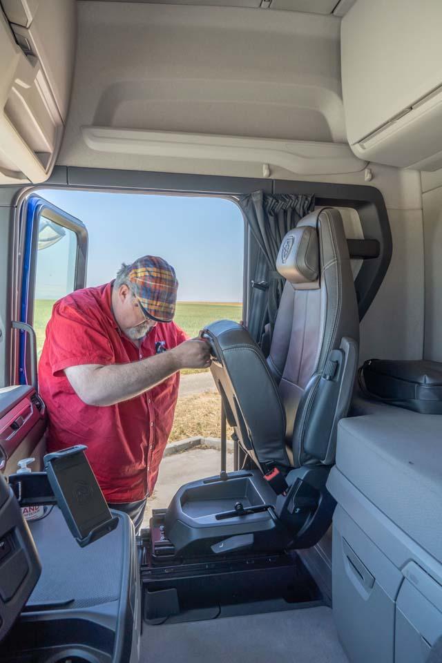 Asiento plegable del acompañante en el Scania S 540.