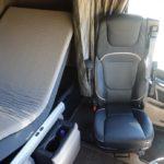 La cama rectangular y de 80 cms de ancho se inclina a modo de sofá, el asiento del piloto también puede ser giratorio en el DAF XG.