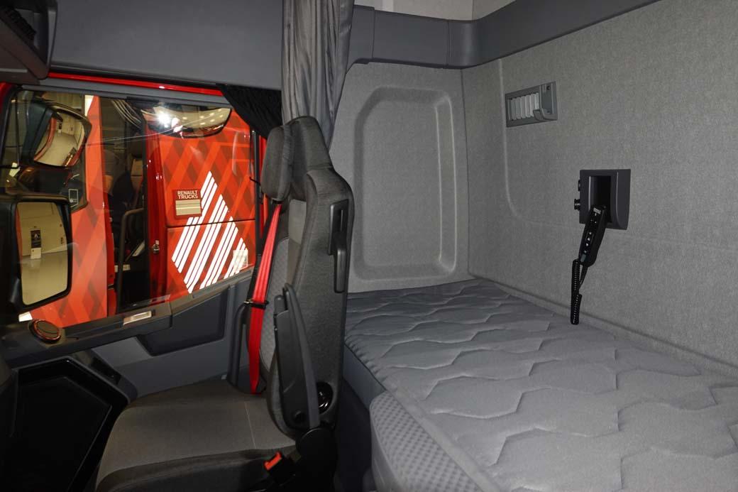La cama en la cabina de los Renault T, T High, C y K ahora cuenta con un colchón más confortable.